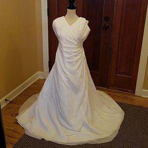 DAVID'S BRIDAL WEDDING DRESS 16 HALTER STYLE